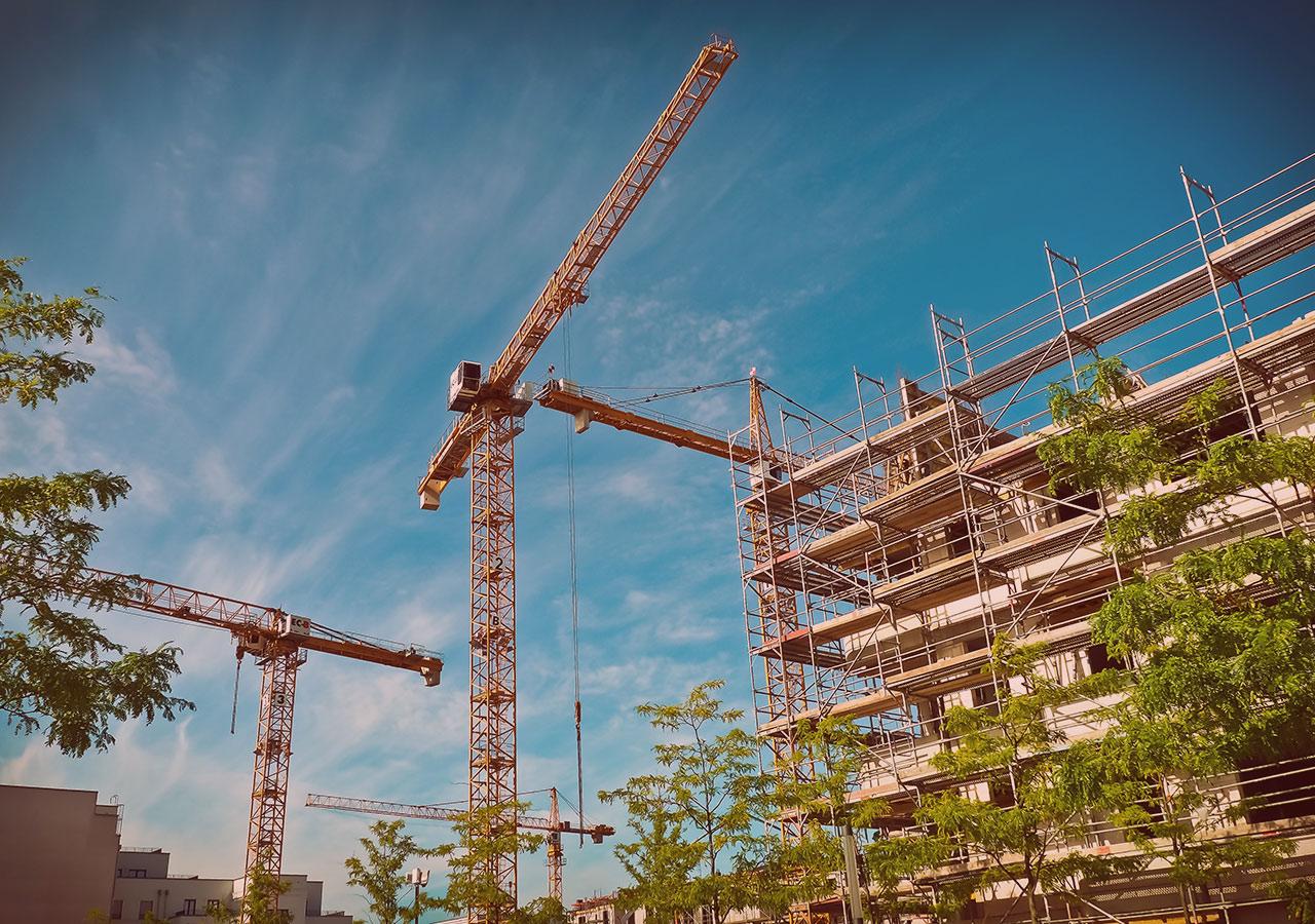 Construction immeuble avec grues - INBAT